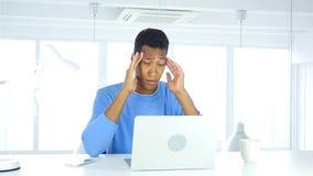 Afro-Amerikaanse mens met hoofdpijn, spanning en spanning stock foto