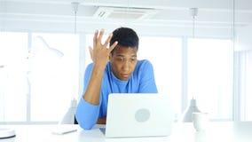 Afro-Amerikaanse mens in verlies, frustratie en spanning stock foto