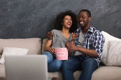 Afro-Amerikaanse paar het letten op video op laptop royalty-vrije stock foto's