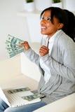 Afro-Amerikaanse vrouw die omhoog met dollars kijkt Stock Foto