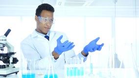 Afro-Amerikaanse wetenschapper die nieuw idee in laboratorium imaginating stock video