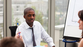 Afro-Amerikaanse zakenman die met zijn thee interactie aangaat royalty-vrije stock foto