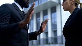 Afro-Amerikaanse zakenman die zich aan vrouwelijke werkgever voor het slechte kwaliteitswerk verontschuldigen royalty-vrije stock foto