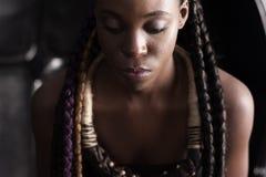 Afro--amerikan kvinna med den etniska tillbehören royaltyfria bilder