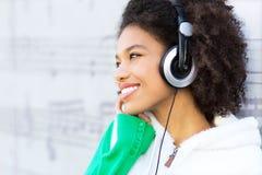 Afro--amerikan med hörlurar Arkivfoto