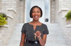 Afro-amerikanische Grundstücksmaklerfrau mit Schlüssel Stockfotos