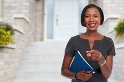 Afro-amerikanische Grundstücksmaklerfrau mit Schlüssel Lizenzfreies Stockfoto
