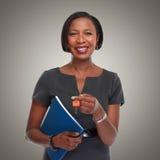 Afro-amerikanische Grundstücksmaklerfrau mit Schlüssel Stockfotografie