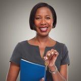 Afro-amerikanische Grundstücksmaklerfrau mit Schlüssel Lizenzfreie Stockfotos