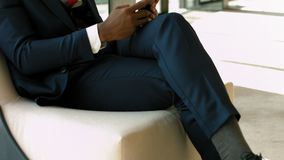 Afro-amerikanischer Geschäftsmann der Perspektive, der am Telefon während des Bruches im Geschäftsaufenthaltsraumbereich spricht stock video footage