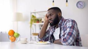 Afro-amerikanischer Mann, der keinen Appetit, Essstörung, Krisenproblem hat lizenzfreie stockfotos