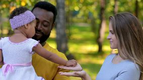 Afro-amerikanischer Vater betrachtet seine kleine Tochter Sie doesn ` t geht zu Mutter ` s stock footage