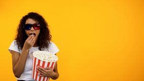 Afro-amerikanisches M?dchen in den Gl?sern 3d mit aufpassender Kom?die des Popcorns, Schablone stockfoto