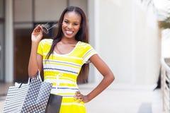Afro- amerikansk kvinnashopping Fotografering för Bildbyråer