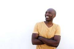 Afro- amerikansk manlig modell mot den vita väggen royaltyfri fotografi
