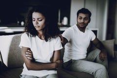 Afro- amerikanska par på soffan gräla begreppet royaltyfria bilder