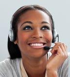 afro amerikanskt använda för affärskvinnahörlurar med mikrofon Fotografering för Bildbyråer