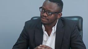 Afro amerykańscy biznesmeni ma dyskusję przy biurem Obrazy Stock