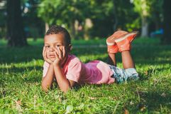 Afro Amerykańska chłopiec na boisku w parku Obraz Royalty Free
