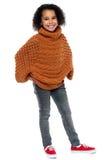 Afro amerykańska dziewczyna wewnątrz nad sklejonym pulowerem Obraz Stock