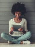 Afro Amerykańska dziewczyna z gadżetem Obraz Stock