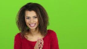 Afro amerykańska kobieta contagiously śmia się na zieleń ekranie swobodny ruch zdjęcie wideo