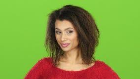 Afro amerykańska kobieta flirtuje i mruga przy okiem, zieleń ekran zdjęcie wideo