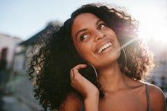 Afro amerykańska pozycja outdoors i ono uśmiecha się Obrazy Stock