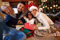 Afro Amerykańska rodzina robi selfie dla bożych narodzeń Obrazy Royalty Free
