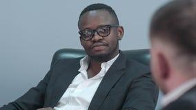 Afro amerykański biznesmen słucha jego partner ostrożnie zbiory