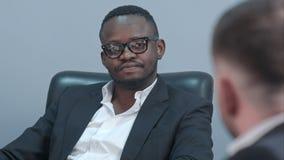Afro amerykański biznesmen słucha jego partner ostrożnie Fotografia Stock