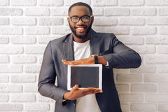 Afro Amerykański biznesmen z gadżetem Fotografia Royalty Free