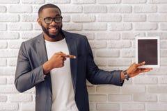 Afro Amerykański biznesmen z gadżetem Obrazy Stock