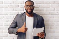 Afro Amerykański biznesmen z gadżetem Zdjęcie Stock
