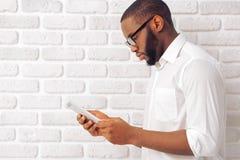 Afro Amerykański biznesmen z gadżetem Fotografia Stock