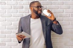 Afro Amerykański biznesmen z gadżetem Zdjęcia Stock