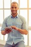 Afro Amerykański biznesmen z gadżetem Zdjęcie Royalty Free