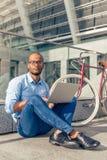 Afro Amerykański biznesmen z gadżetem Zdjęcia Royalty Free