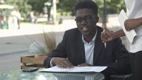 Afro amerykański biznesowy mężczyzna rozkazuje w outside kawiarni Zdjęcie Royalty Free