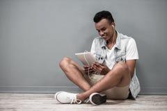 Afro Amerykański facet z gadżetem Fotografia Royalty Free