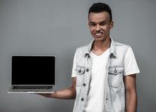Afro Amerykański facet z gadżetem Zdjęcia Royalty Free