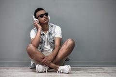 Afro Amerykański facet z gadżetem Zdjęcia Stock