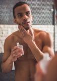 Afro Amerykański mężczyzna w łazience Zdjęcia Royalty Free
