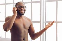 Afro Amerykański mężczyzna w domu Fotografia Stock