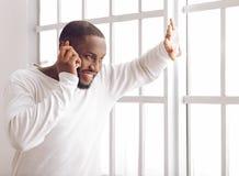 Afro Amerykański mężczyzna w domu Zdjęcie Stock