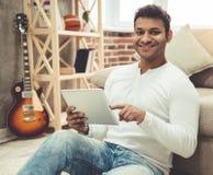 Afro Amerykański mężczyzna w domu Zdjęcie Royalty Free