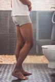 Afro Amerykański mężczyzna w toalecie Obrazy Stock