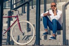 Afro Amerykański mężczyzna z gadżetem Fotografia Royalty Free