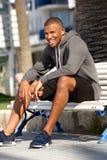 Afro amerykański młody męski biegacz relaksuje po sprawności fizycznej szkolenia Obraz Royalty Free