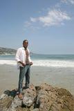 afro - amerykański przystojny mężczyzna na plaży Fotografia Royalty Free